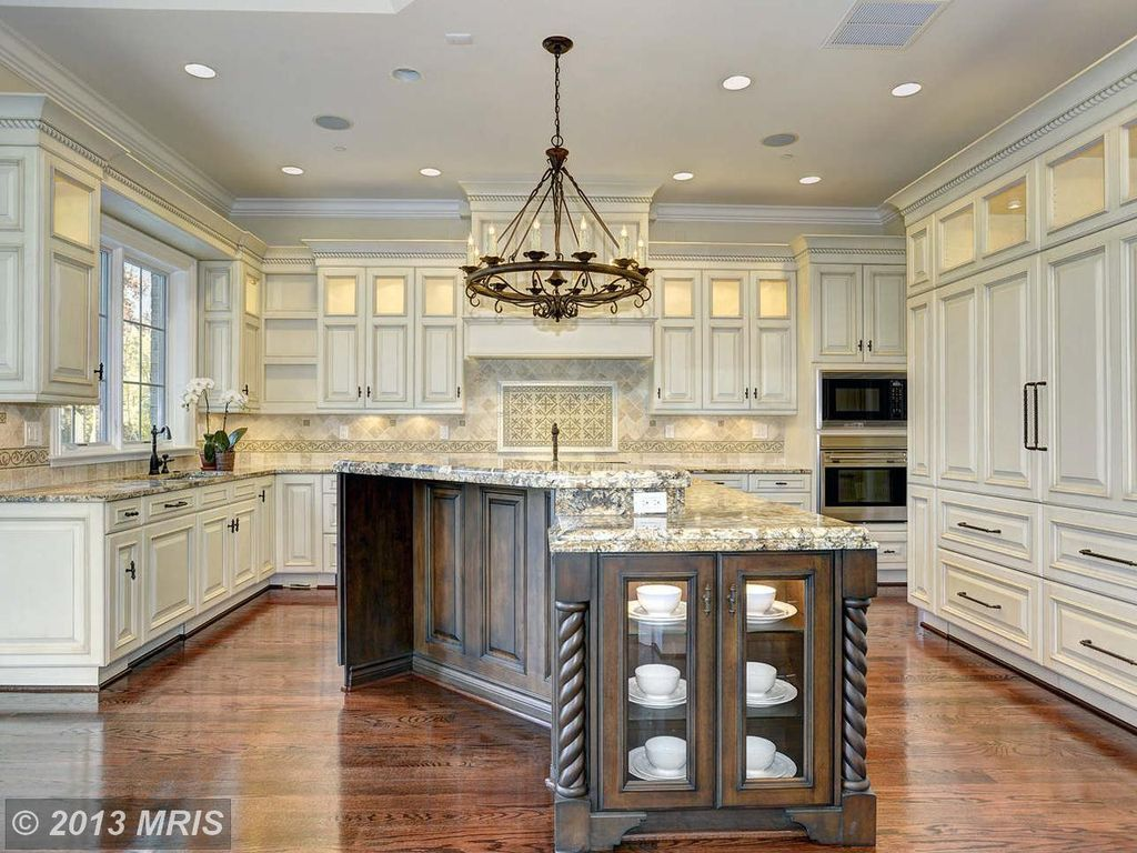Country Kitchen With Chandelier Crown Molding Built In Bookshelf 2 Piece Revere C Panel Rtf Cabinet D Kitchen Design Rustic Country Kitchens Luxury Kitchens