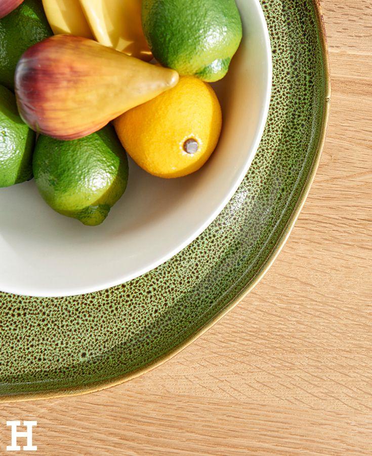 Farbige Teller Bringen Farbtupfer Auf Den Gedeckten Tisch Natur