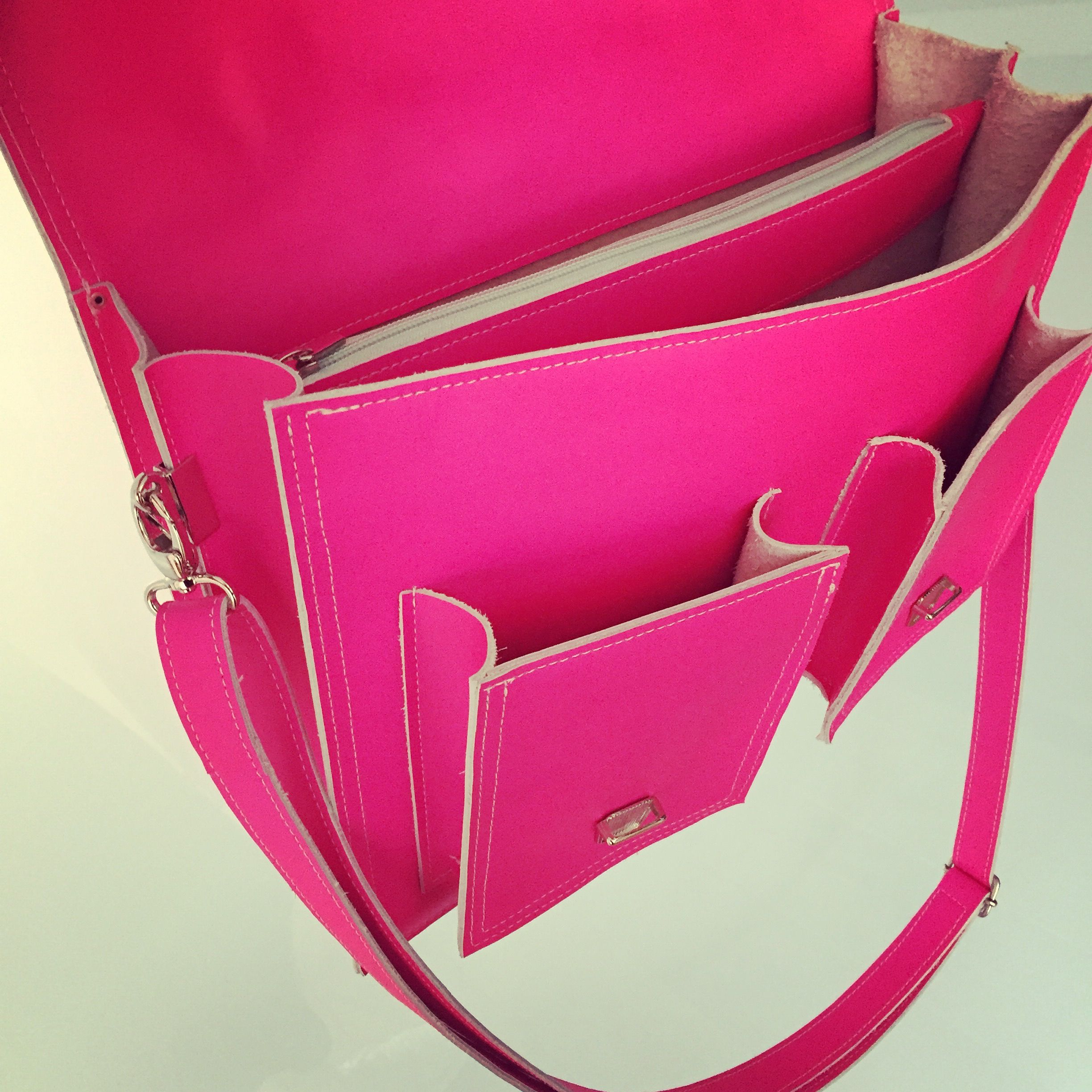Dazzling schoolbag in fluor roze  Handcrafted bag using a special technique, keersouflee