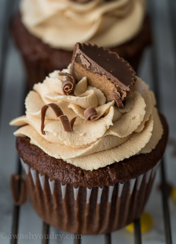 Chocolate And Peanut Butter Cup Cakes With Peanut Butter
