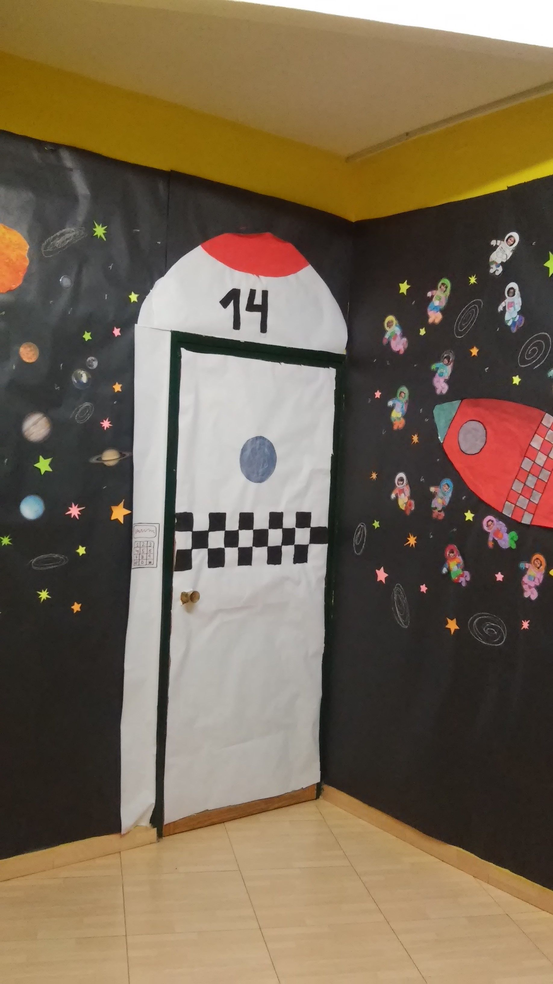 Puerta de mi aula con el proyecto el universo proyecto for Decoracion el universo del hogar