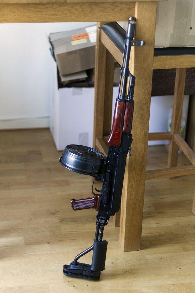 AKM Assault Rifle with Drum Magazine - Rgrips.com Con cargador de disco (cd) de 100 tiros.