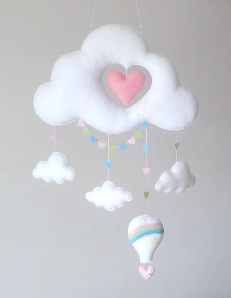 Móbile Feito De Feltro Costurado A Mão E Preenchido Com Fibra Siliconada Lindo Composto Por Uma Nuvem Recorte Em Forma Coração Nuvenzinhas