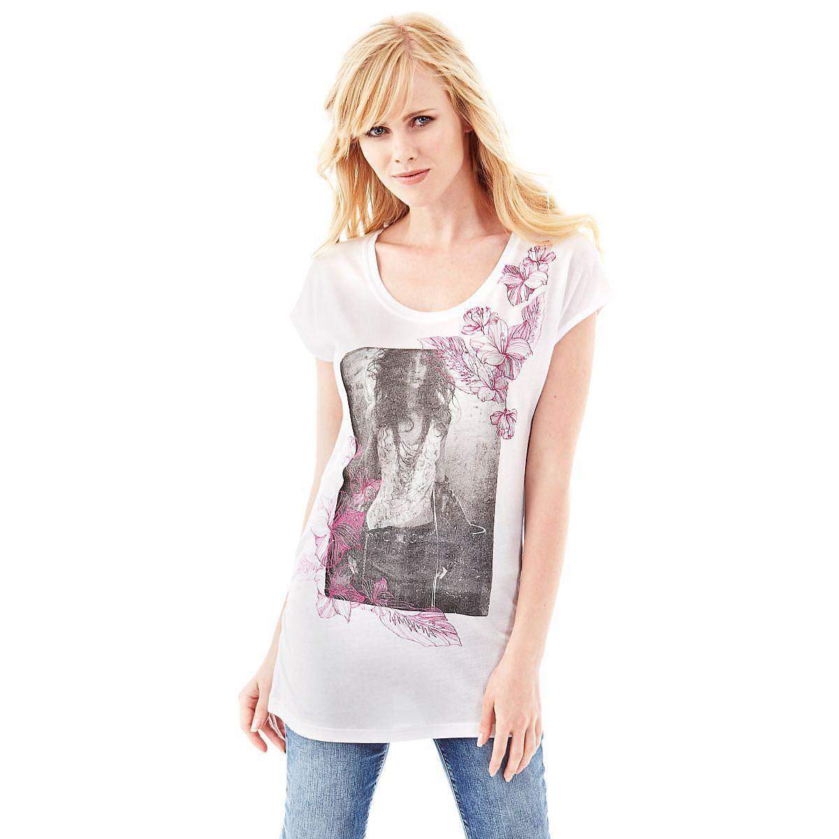 T-Shirt Hibiscus mixed    Mit dem richtigen T-Shirt bekommt das Tagesoutfit im Handumdrehen einen gewissen Pfiff: Der Fotoprint zieht alle Blicke auf sich. Auch die floralen Details tragen zu einem modernen, aber auch romantischen Style bei.    50% Baumwolle 50% Modal.  Maschinenwäsche bei 30°.  Längen Größe S:  Gesamtlänge ca. 63 cm.  Schultern ca. 33 cm....