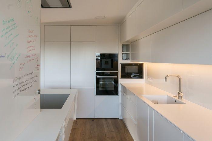 Minimalistische küche mit arbeitsfläche aus weißem mineralwerkstoff hasenkopf industrie manufaktur