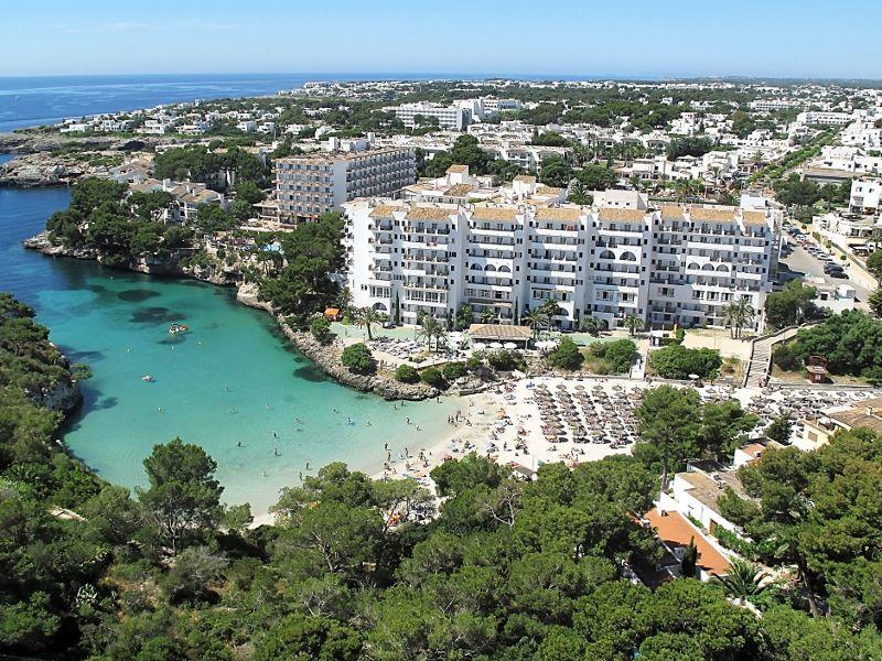 Barceló Ponent Playa est situé sur la Cala Ferrera, dans
