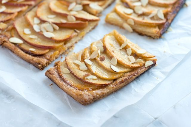 Simple Apple Tart Recipe from www.inspiredtaste.net - Rustic apple tart with a buttery crust, thinly sliced apples and toasted almonds.