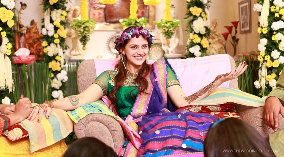 Mehndi Flower Garlands : Ahana deol bollywood celebrity mehndi flower garland in hair
