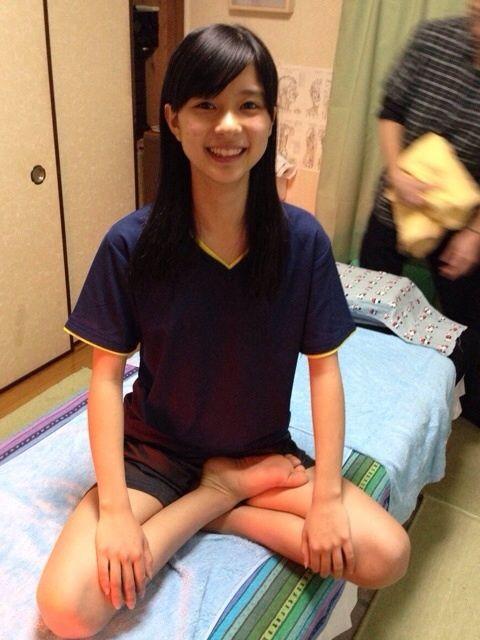 座禅を組む芳根京子