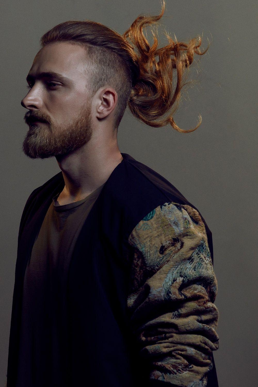 Taglio capelli lunghi uomo rasato ai lati e con barba ...