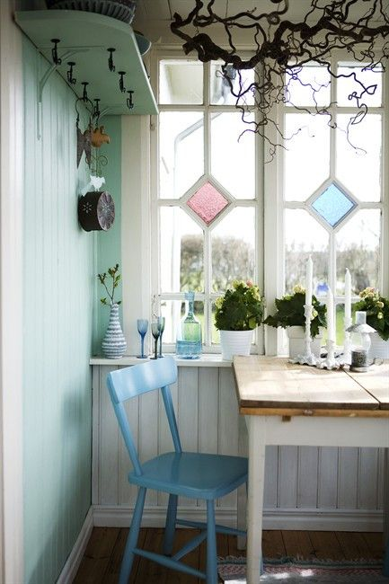 Swedish country cottage, Essplatz mit bleiverglastem Fenster ...