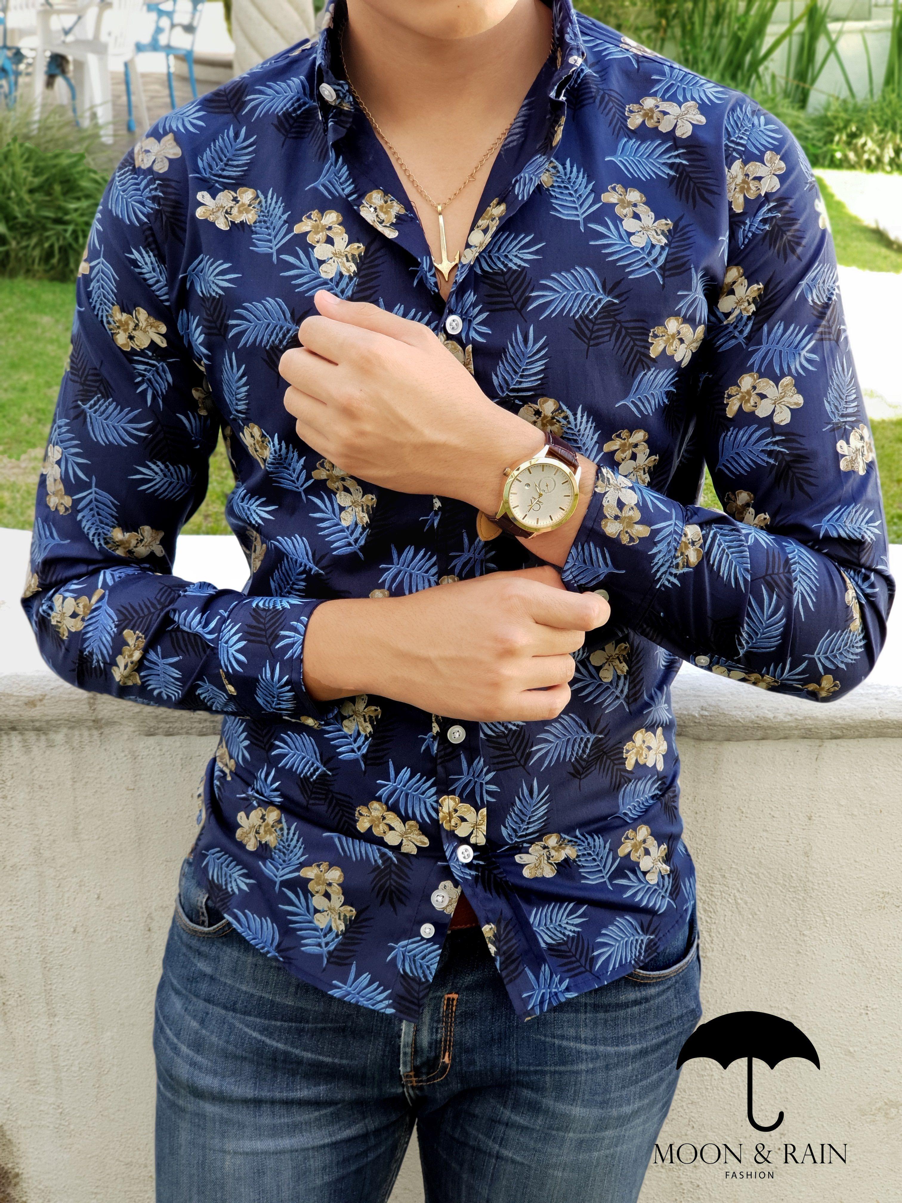 9b0f94bbd Outfit para hombre  camisa marino con flores azules y amarillas en manga  larga y jeans de mezclilla