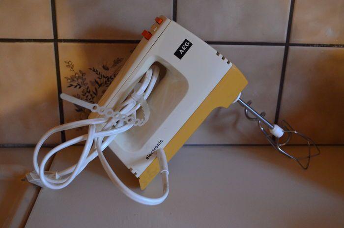 Onko sinulla Suomen vanhin edelleen toimiva kodinkone?   Kuningaskuluttaja   yle.fi  Kuvassa häälahjaksi saatu AEG vatkain vuonna 1976. Palvellut moitteeetomasti vuosikymmenet. Sama tuote oli TM:n vertailutestissä nykyisten kanssa, ja pärjäsi siinä missä uudetkin koneet.  Lähettäjä: Pekka