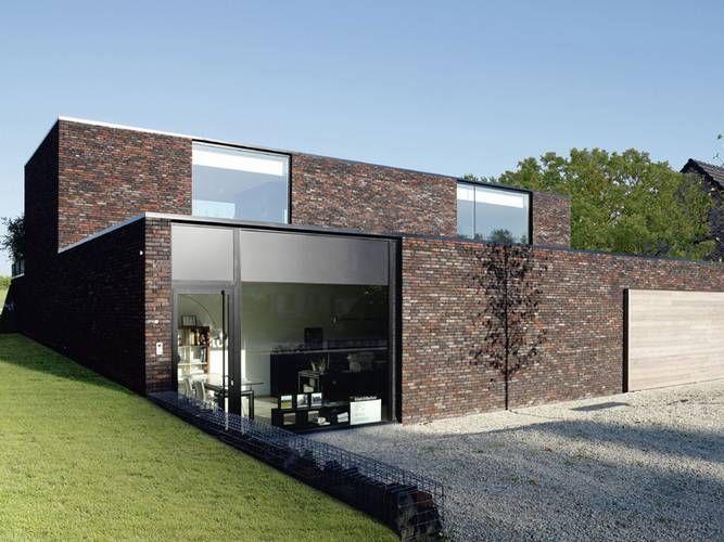 Die Fassadengestaltung des Eigenheims spielt eine entscheidende Rolle und trägt dazu bei, wie das Haus wirkt. Bei diesem Beispiel wurde ein moderner Baustil mit einer eher traditionellen Klinkerfassade kombiniert.
