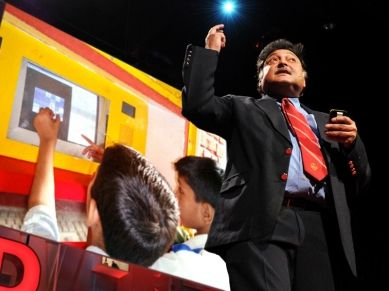 O cientista educacional Sugata Mitra aborda um dos maiores problemas da educação -- os melhores professores e escolas não existem onde eles são mais precisos. Em uma série de experimentos na vida real, de Nova Deli à África do Sul e Itália, ele deu acesso supervisionado à internet para crianças e viu resultados que podem revolucionar a nossa forma de pensar sobre o ensino.