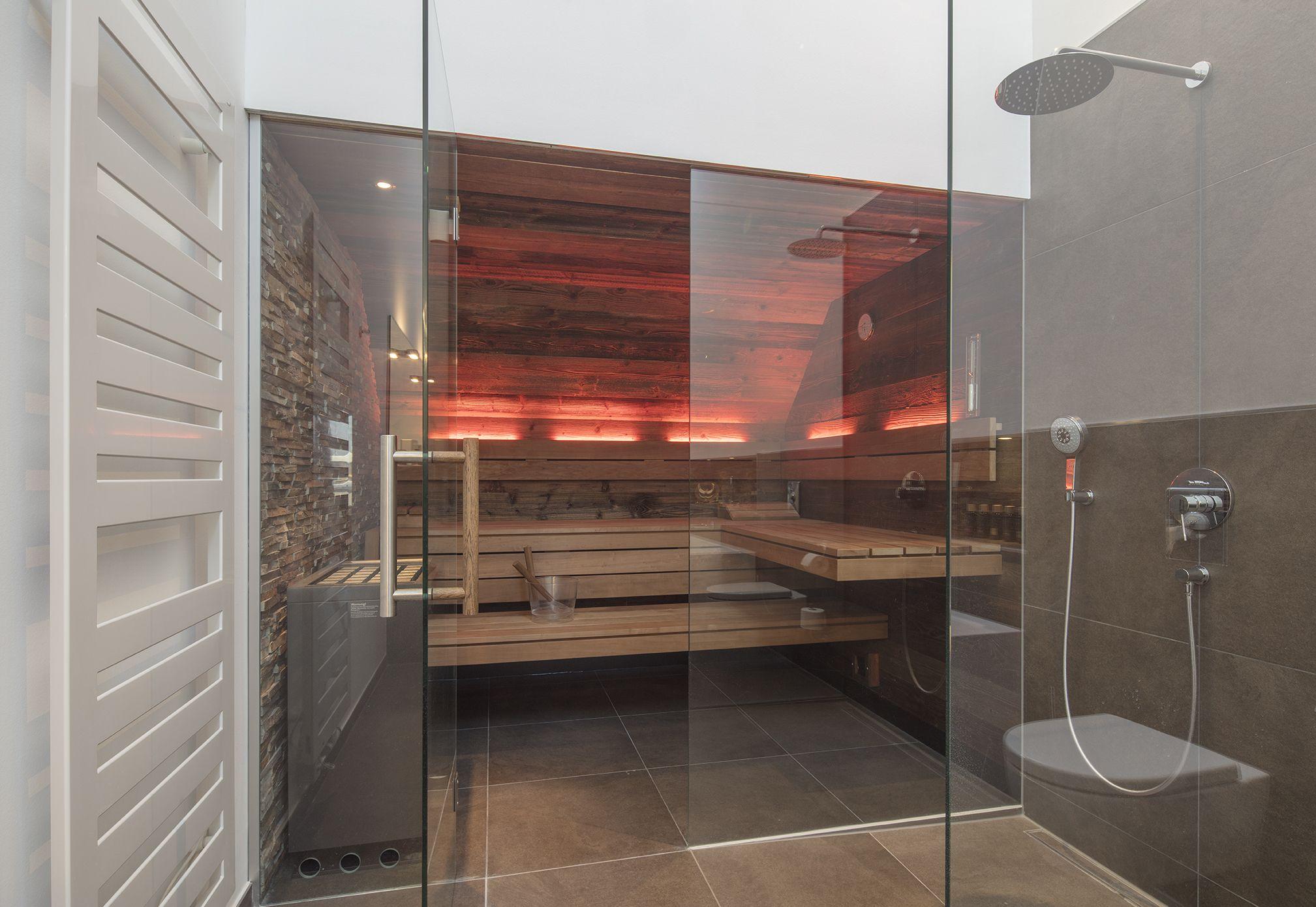 Urige Design Sauna Mit Altholz Und Natursteinelementen Mehr Inspirationen Fur Ihre Sauna Mit Glasfront Im Corso Madera Vieja Sala De Sauna Piedras Naturales