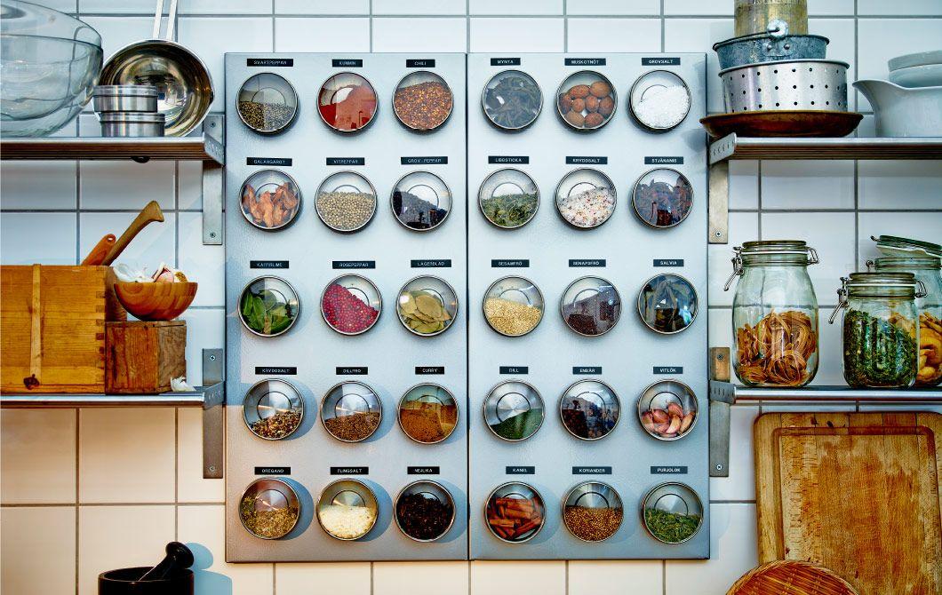 Keittiö, jossa mausteet on säilötty magneettitauluun kiinnitettyihin purkkeihin