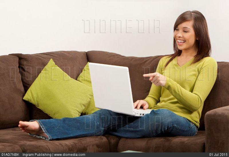 Ливанская женщина на жёлтом диване видео онлайн фото 194-471