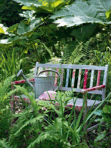 Un banc décoré de tissu fleuri