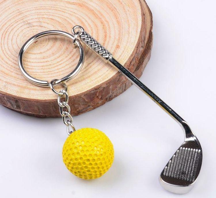 schlüsselanhänger-selber-machen-golfball-gelb-plastik-golfstick-metall-holzscheibe-metallring-kette