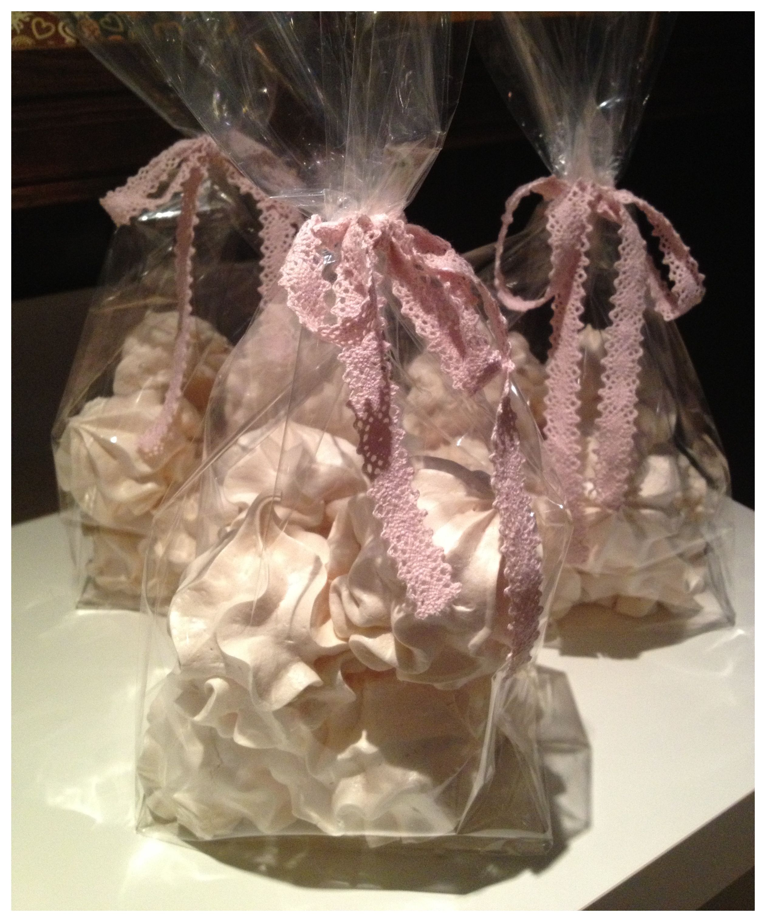 """Hjemmelagede """"pikekyss"""" fra SmåØyeblikk kaffebar :-) Homemade meringue kisses from SmaOyeblikk coffeeshop :-)"""