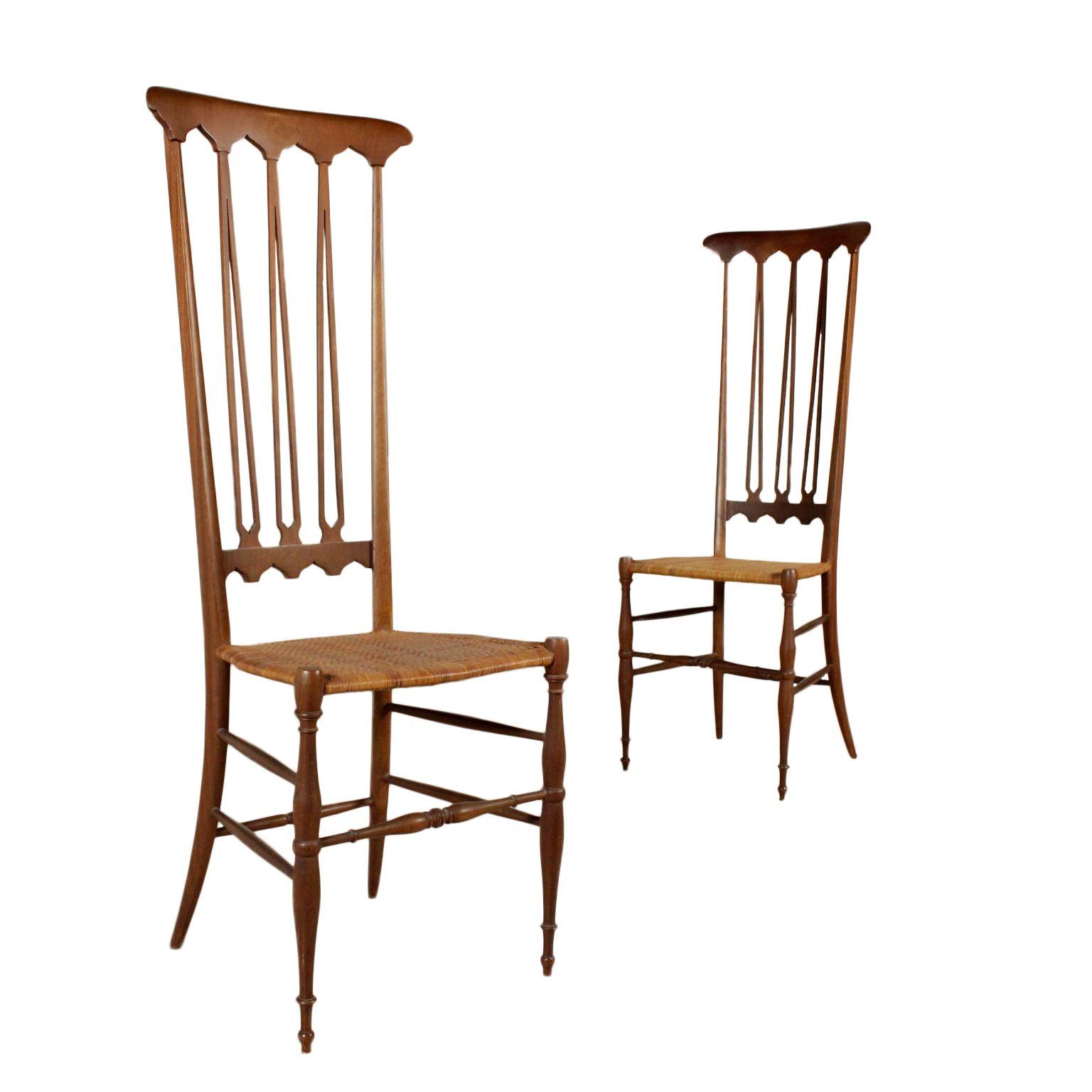 Coppia di sedie con schienale alto; legno di faggio tinto ...