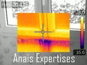 Infiltration d'air sous une fenêtre repérée grâce à une Infiltrométrie doublée d'une thermographie.