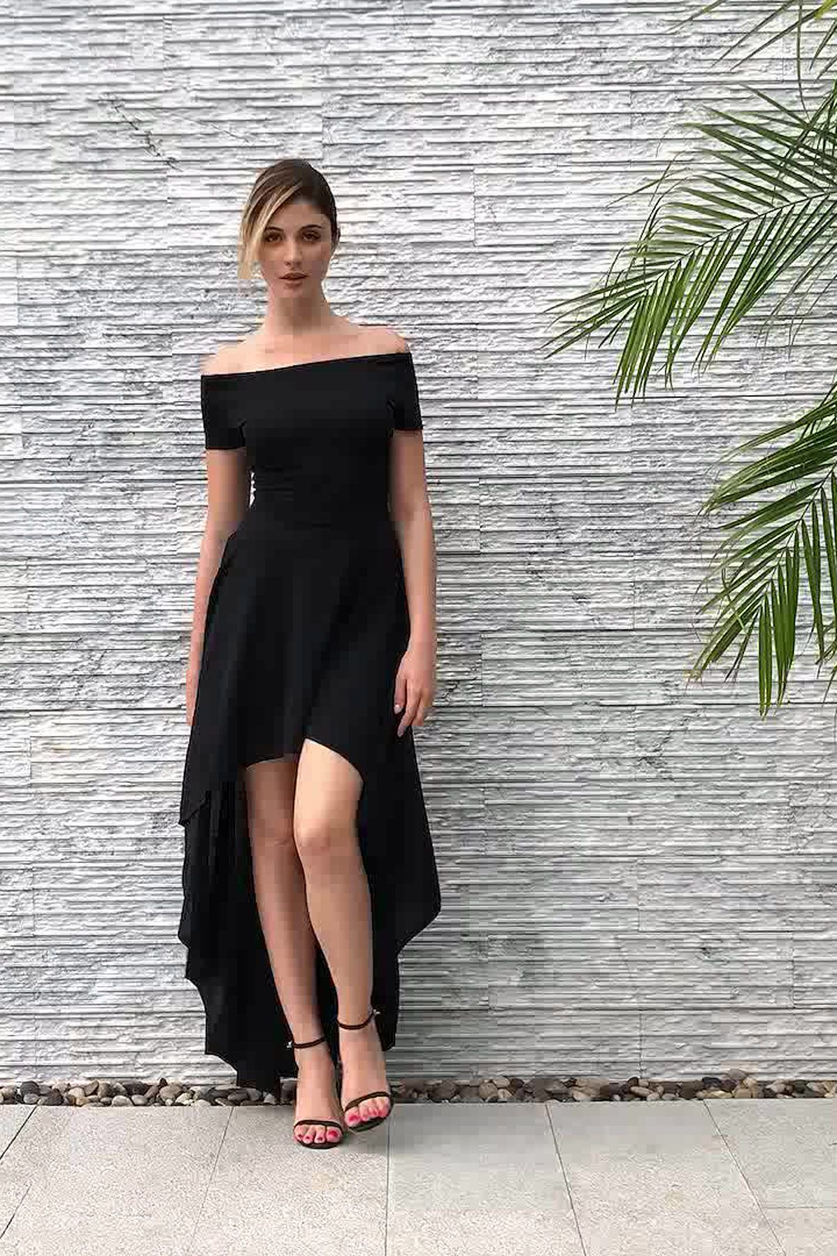 Very sexy yet glamorous youure in this hilow party dress it has an