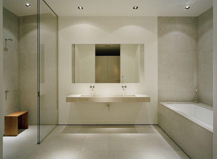 Villa zen en bord de lac modern lake house house and master bathrooms