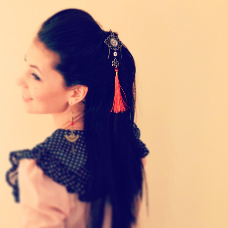 pic cheveux en m tal bronze et pompon rouge illustr geisha fa on pagode accessoires co. Black Bedroom Furniture Sets. Home Design Ideas