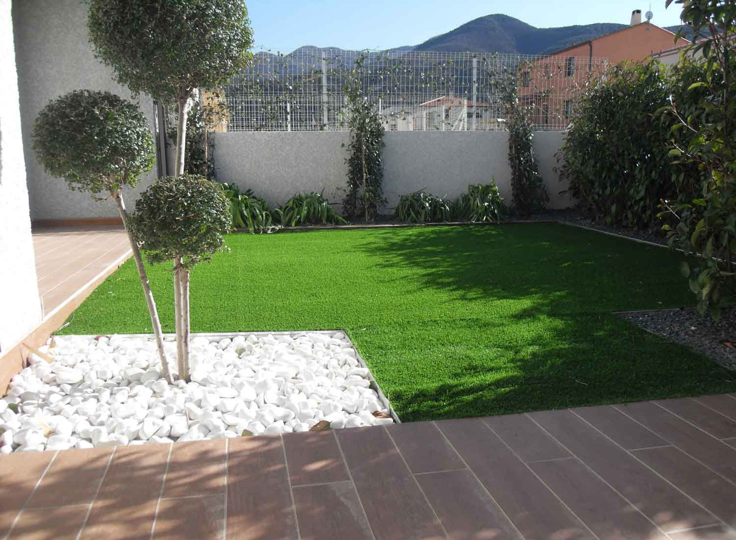 Gazon synthetique pierres et arbres sur perpignan for Amenagement jardin gazon synthetique