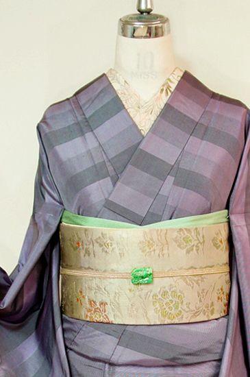 ライラックのようなスモーキーな淡いパープルが美しいグラデーションボーダーを描き出す袷着物です。