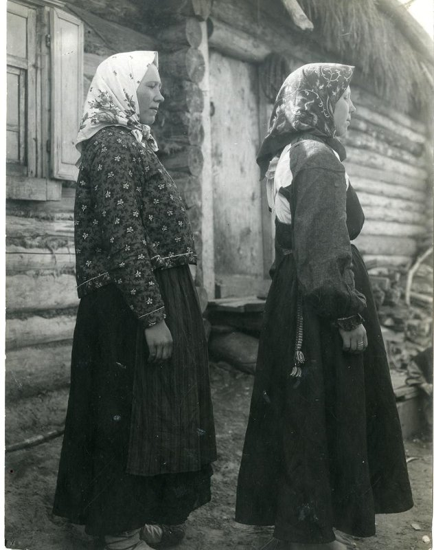 Женщина и девушка в праздничных нарядах  1910 ...