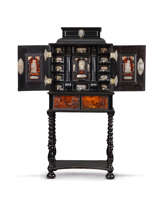 Böhmen, Letztes Viertel Jh., Der Tisch Später.Kabinettschrank Eger, Auktion  1066 Kunstgewerbe, Lot 1017