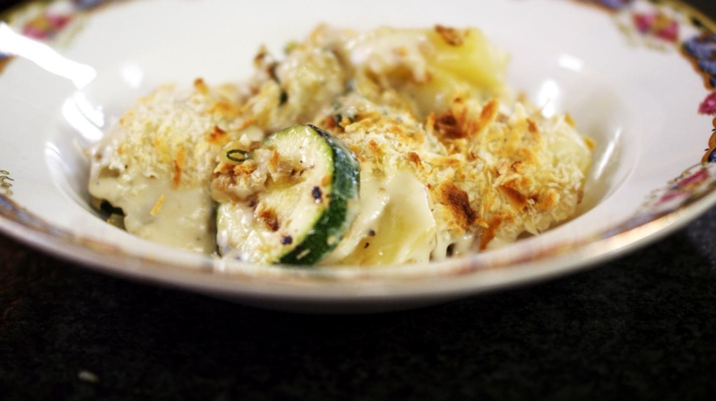 Courgetteschotel met aardappel, ui, salie en Taleggio-kaas | Dagelijkse kost