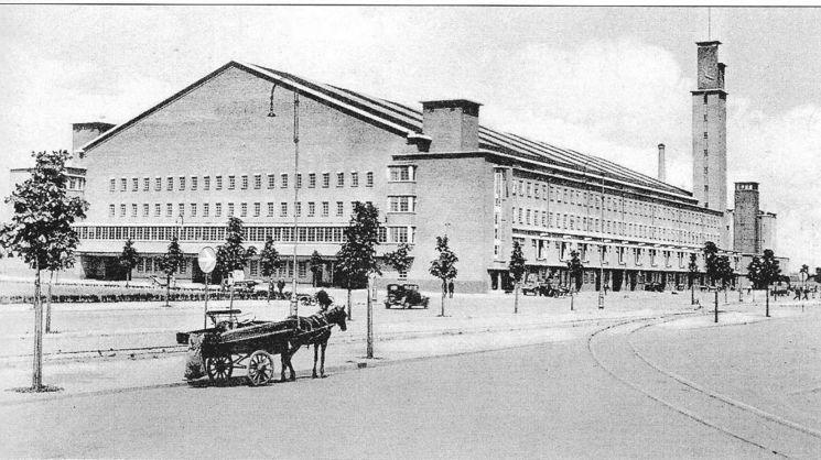 Amsterdam West: De Jan van Galenstraat bij de in 1935 geopende Centrale Markthallen (foto 1936)