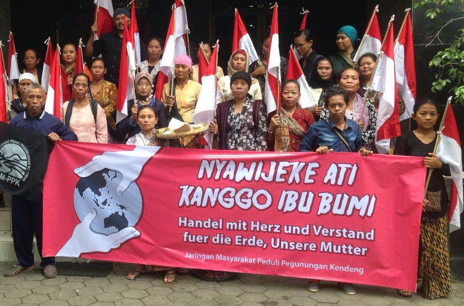 Der deutsche Konzern HeidelbergCement will das Kendeng-Karstgebirge auf der indonesischen Insel Java abbauen und dort eine Zementfabrik errichten. Doch Eingriffe in das sensible Karstgebirge sind eine ökologische und humanitäre Katastrophe. Die Bevölkerung wehrt sich mit aller Kraft.