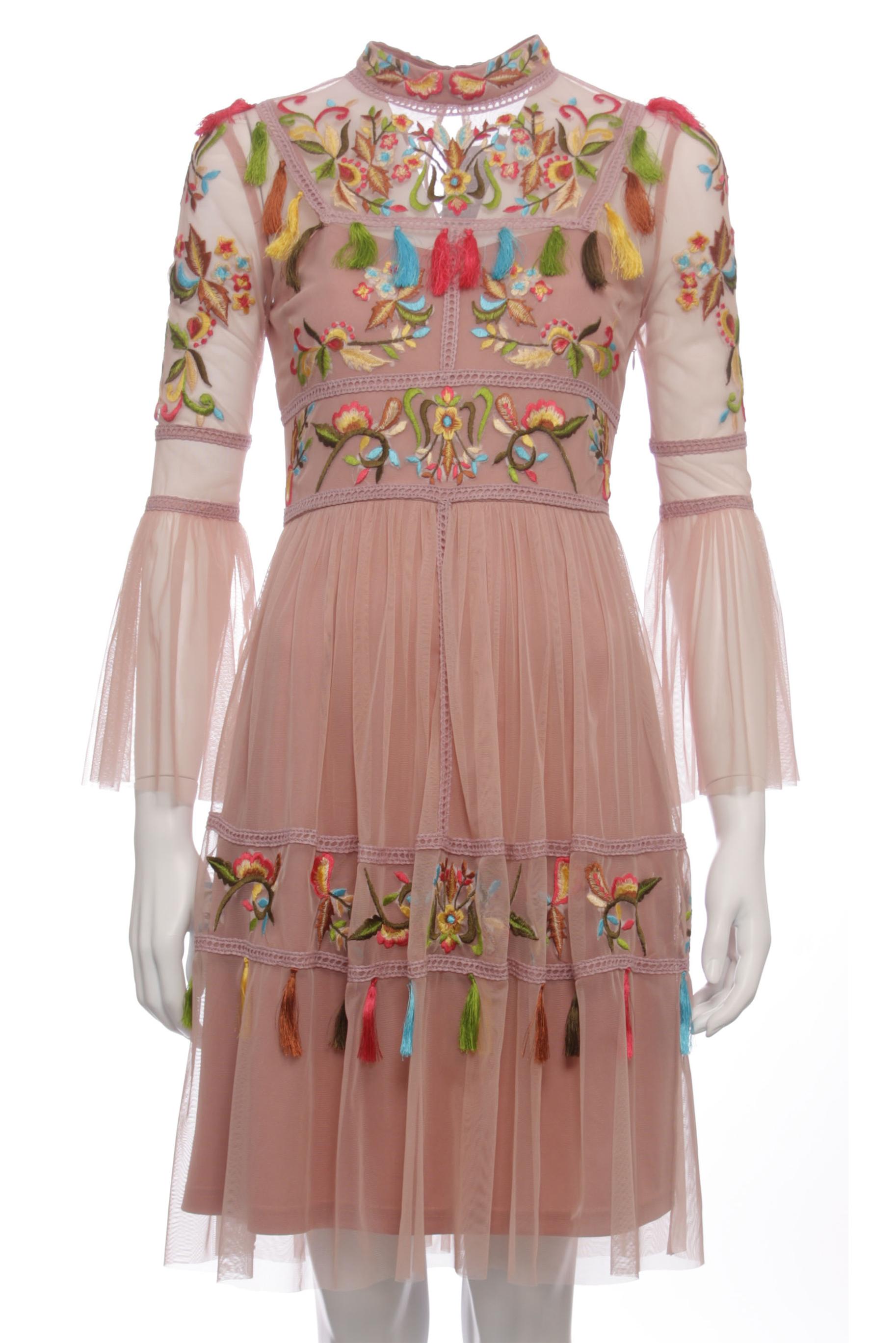 9d34850b195841 Wzór: sukienka wielokolorowa Cała długość: 84 cm Szczegół: tiulowa sukienka  wyszywana kolorowym haftem kwiatowym, długie rękawy w dzwoneczek Długość  rękawa: ...