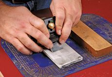 How to Use a Honing Guide - Fine Woodworking Article