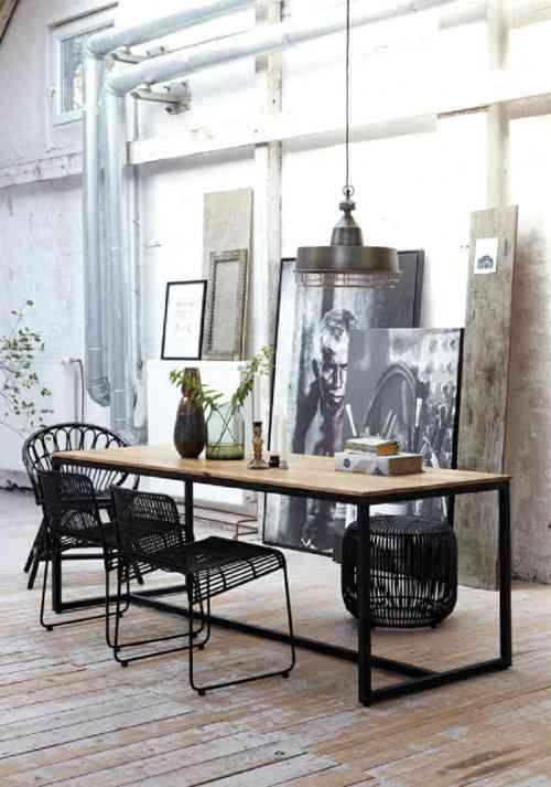 Chaise noire et table à manger en bois | Interior, Interior ...
