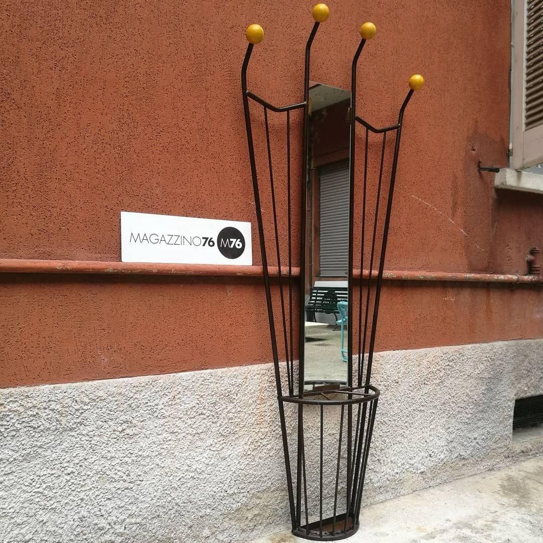 Appendiabiti Da Muro In Ferro.Un Appendiabiti Da Parete In Ferro Battuto E Legno Con Portaombrelli