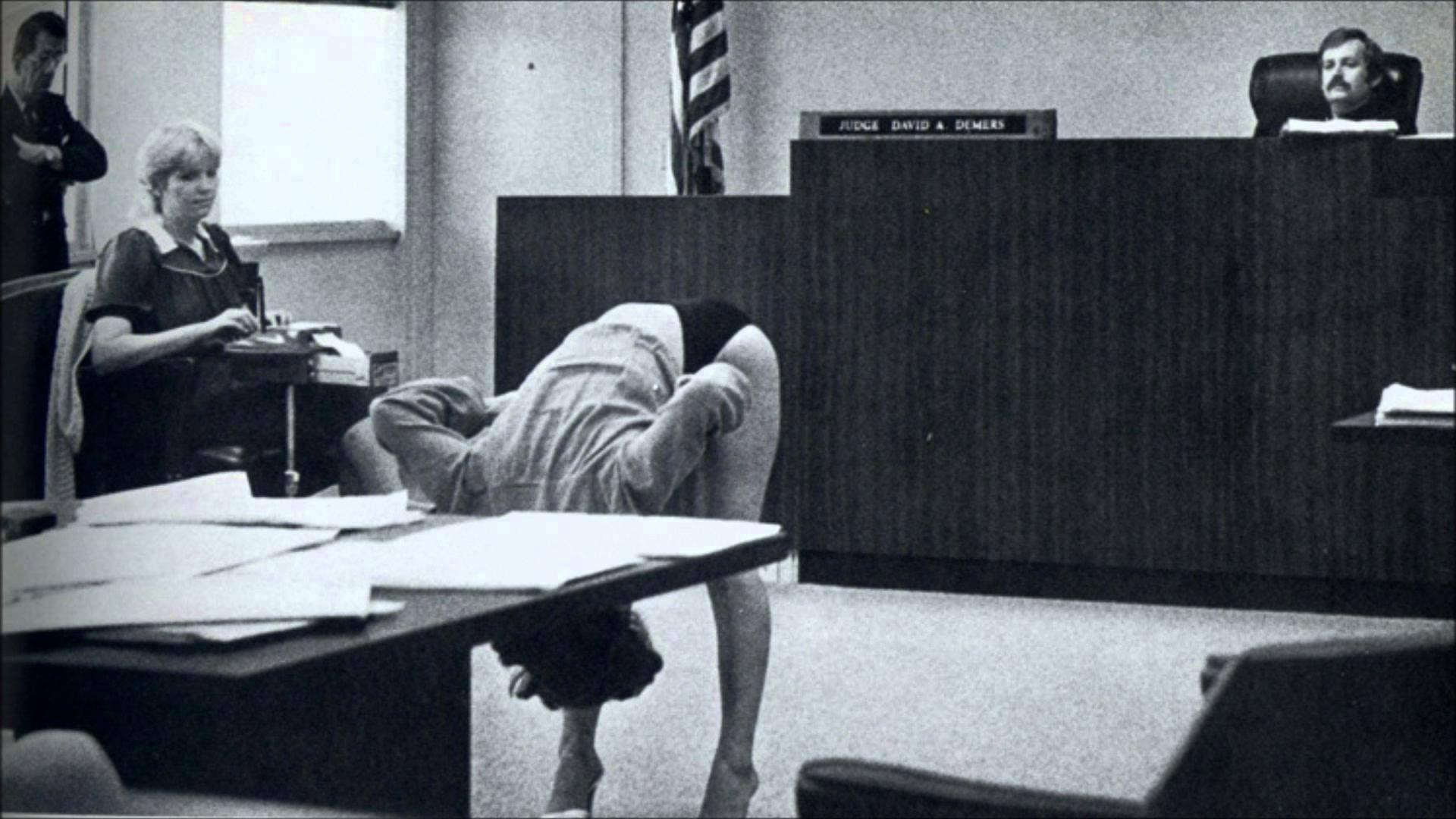 Una bailarina exótica demuestra que su ropa interior era demasiado grande para enseñar su vagina, tras ser arrestada por policías de incógnito en Florida