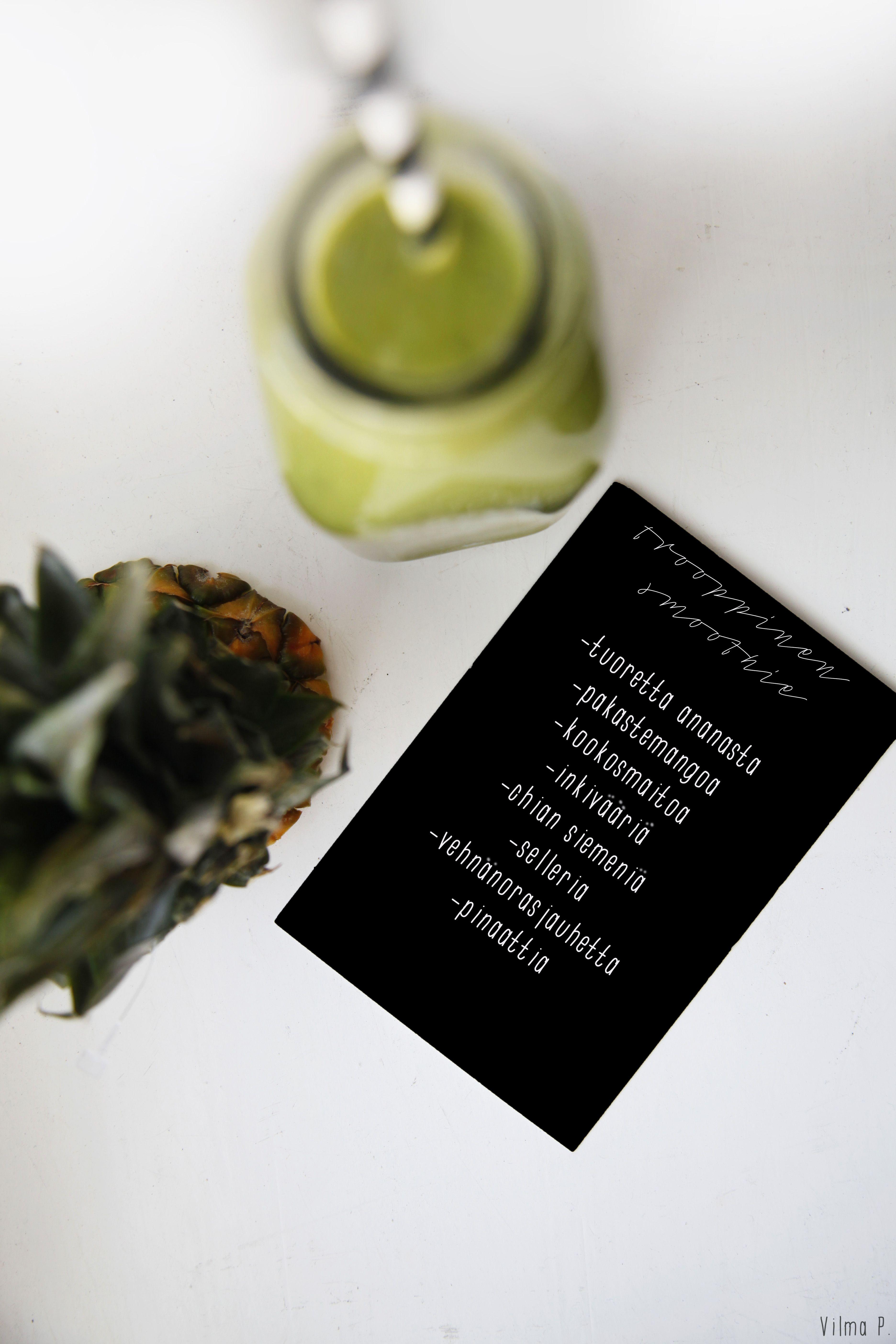 Tässä vielä yhteen koottuna tämän kesän suosikkismoothieni (kuvat alhaalla): Joka tilanteen vihersmoothie Maailman paras mansikkasmoothie Trooppinen ananassmoothie Smoothiet ovat paitsi helposti imeytyvää, huipputerveellistä ja herkullista ruokaa – myös helppo ja nopea valinta. Smoothie on myös kätevä eväs, jos ostaa kannellisen pullon tai pillillisen ja muovisen smoothielasin (saa ostettua esim. Starbucks-kahviloista). Sekaan voi laittaa lähes mitä... View Article