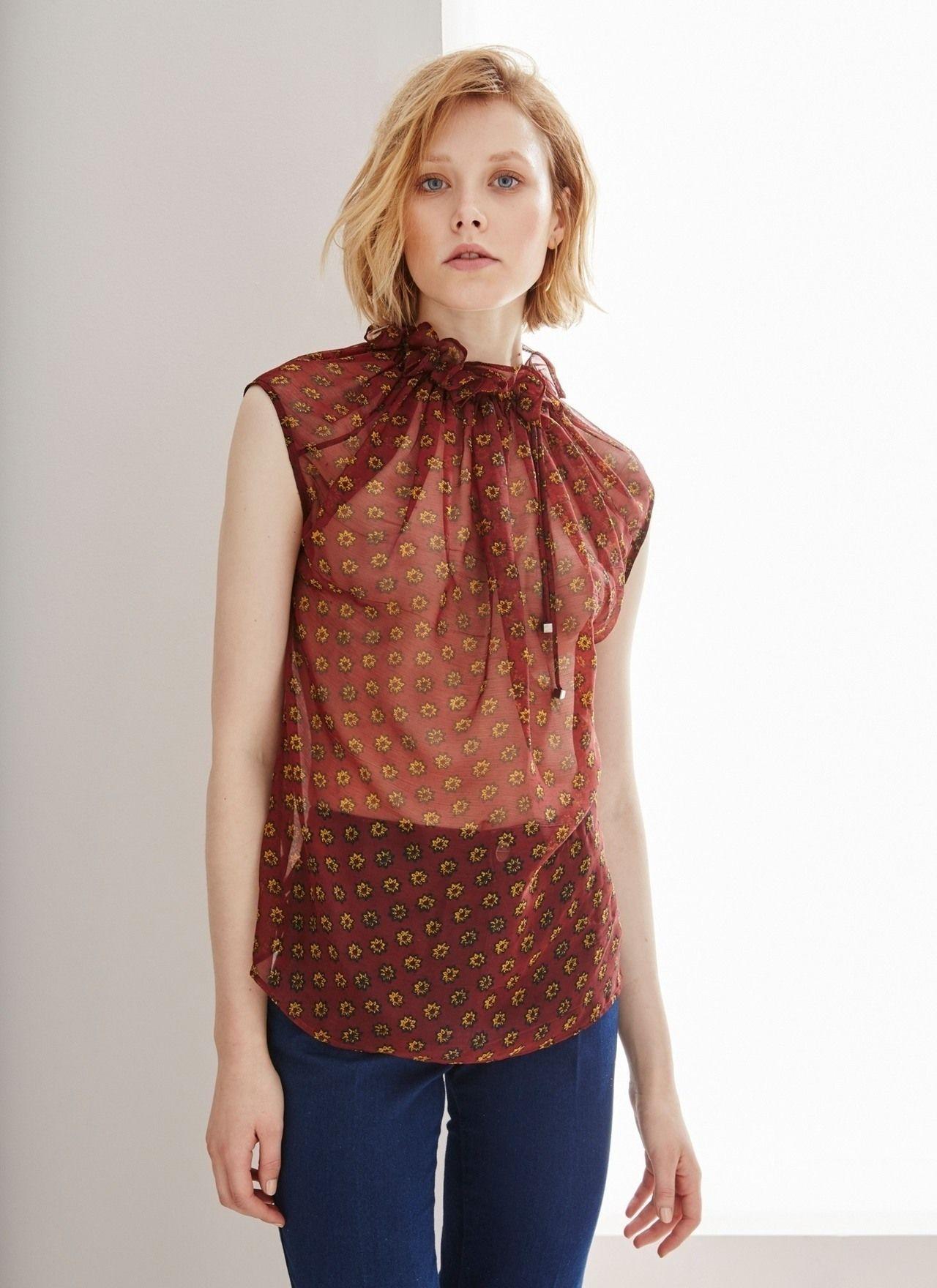 Blusa estampada de cuello alto fruncido camisas y for Adolfo dominguez outlet online