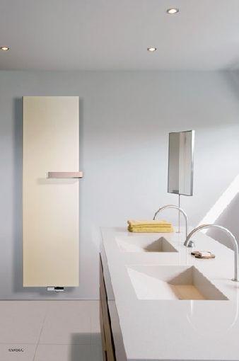 Zeitloser Stahlheizkorper Mit Design Handtuchbugeln Aus Kupfer Heizen Mit Stil Moderne Heizkorper Badezimmer Heizkorper Vertikal