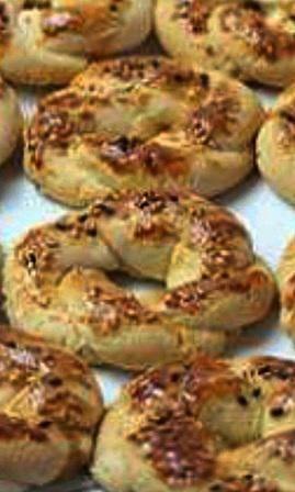 Tuzlu kurabiye Malzemeler:200 gr oda s�cakl���nda margarin,2 yemek ka���� s�v� ya��,2 yemek ka���� sirke,1 tatl� ka����ndan biraz az tuz,1 paket kabartma tozu (10 gr),2,5 su barda�� un.�zeri ��in:Yumurtan�n sar�s�,Susam,��rek otu.Yap�l���:B�t�n malzemeler kar��t�r�l�r bir hamur yogrulur dinlendirilir sonra sekiller verilir tepsiye dizip �zerine yumurta sarisi corekotu yada susam serpi
