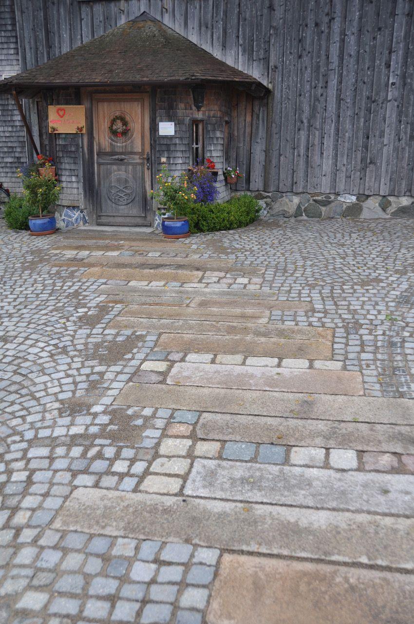 Abgefahrene Allgau Antike Aus Charlottenburger Granitplatten Landschaftsbaumitsteinen Mit Plasterst Stone Landscaping Patio Stones Pathway Landscaping