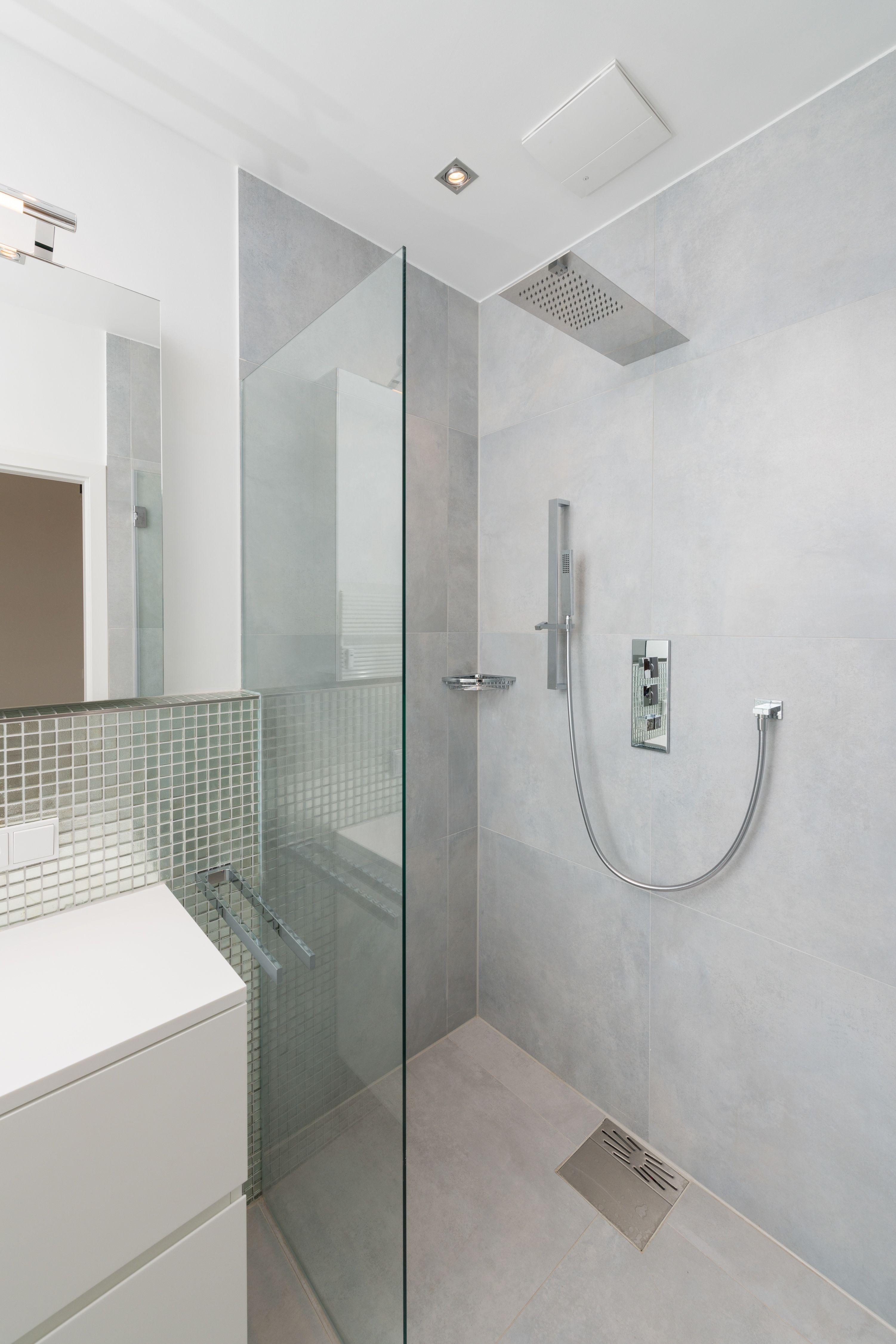 Fliesen Hellgrau Und Glasmosaik Silber Betonoptik Badfliesen Modern Badezimmer Fliesen Badgestaltung