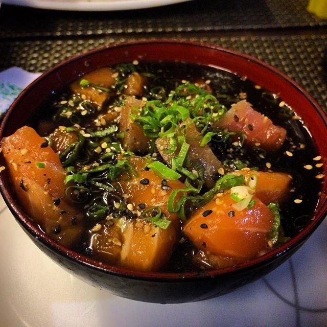 Devo ter sido um urso pardo em alguma encarnação anterior podia passar o dia comendo peixe cru. Bom dia!  #latergram #foodporn #tataki #japanesefood by rafaellanunes