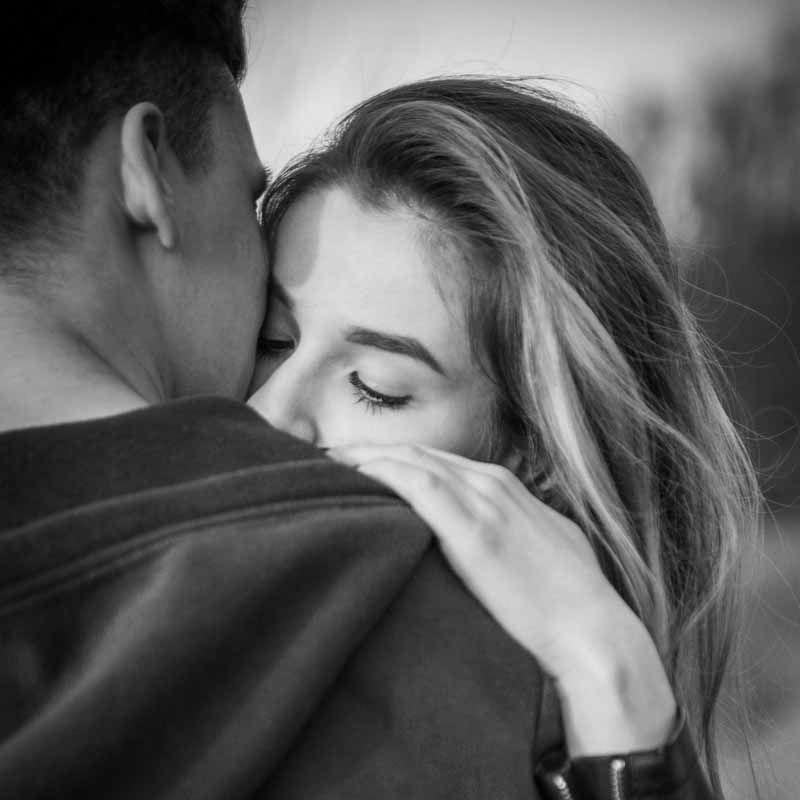Top 10 Romantic Date Ideas Glammes Romantic Couple Kissing Kissing Couples Couples